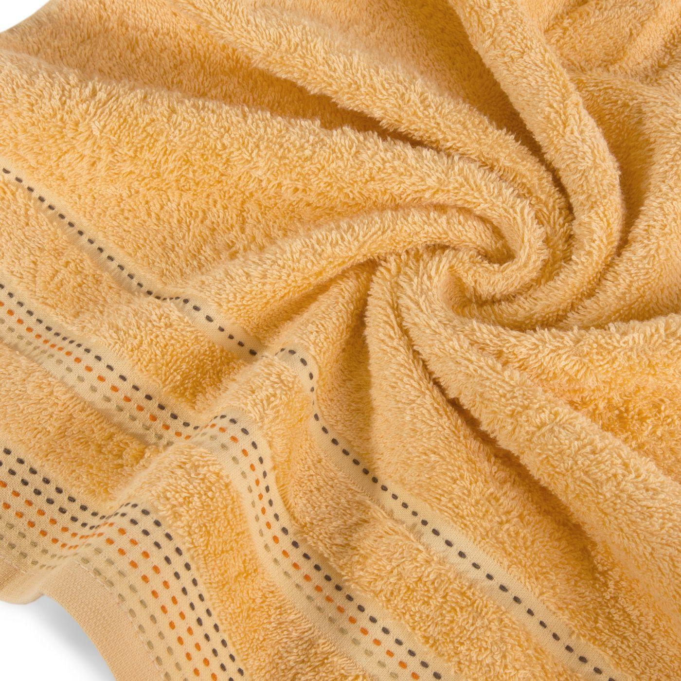 Morelowy ręcznik kąpielowy z dekoracyjnym stebnowaniem 30x50cm