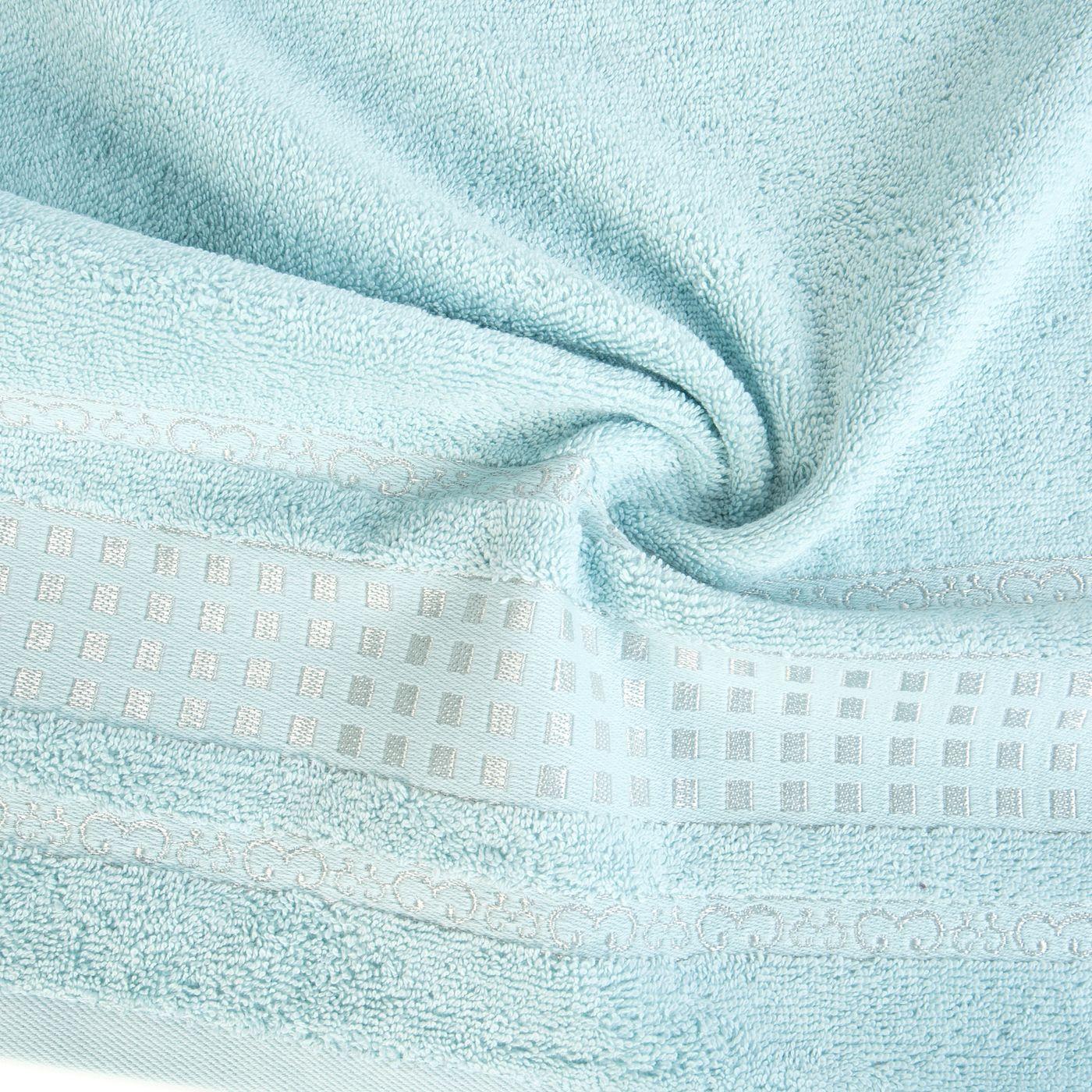 Ręcznik z haftowaną bordiurą w kosteczki błękitny 50x90 cm