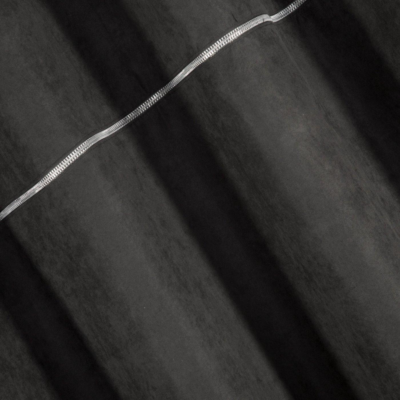 Zasłona CZARNA na przelotkach 140 x 250 cm zdobiona srebrnym zamkiem
