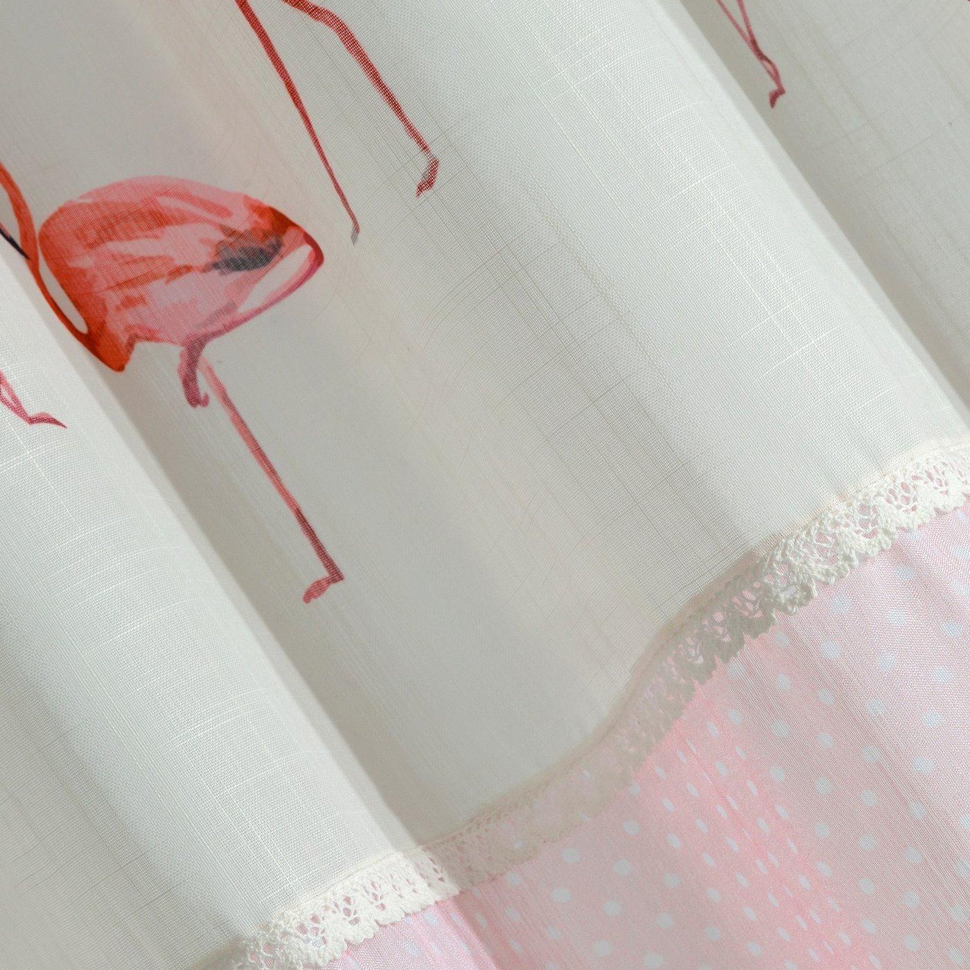 Zasłona zdobiona nadrukiem we flamingi i koronką