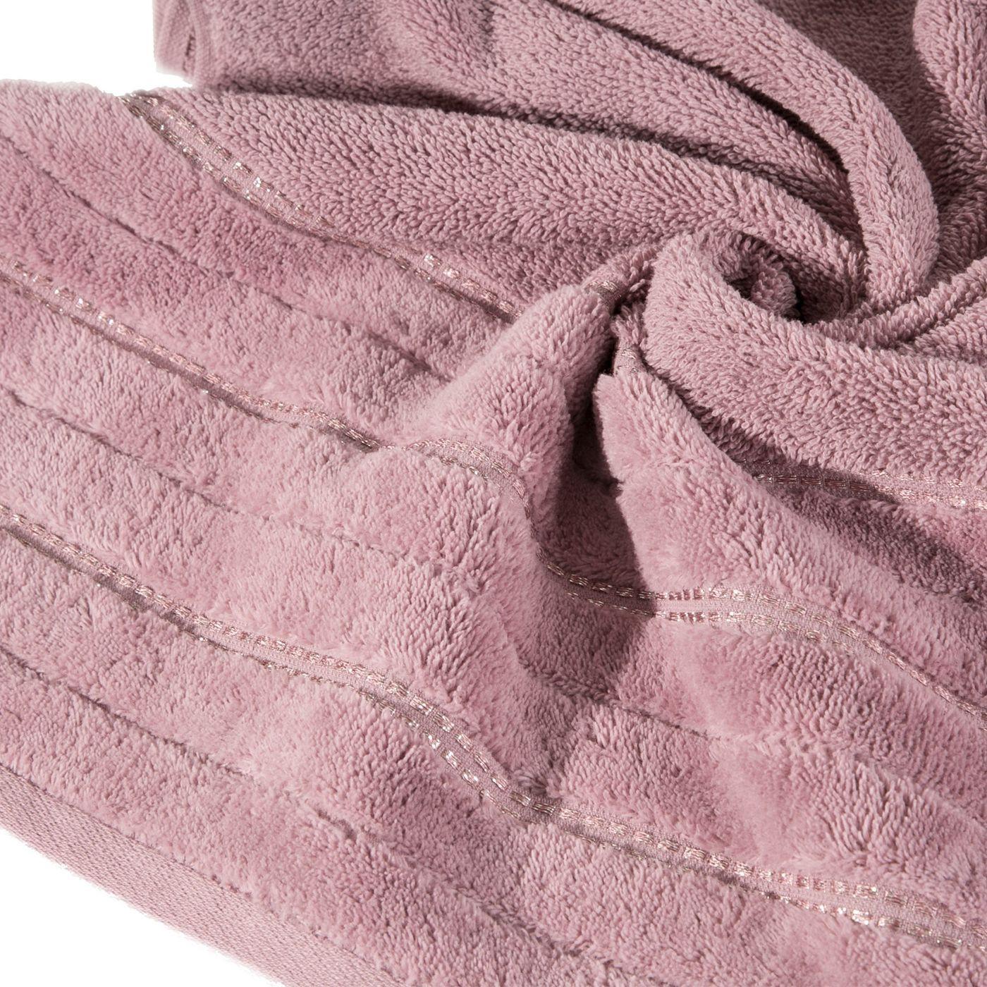 Pudrowy ręcznik kąpielowy z metaliczną nicią - 50x90 cm