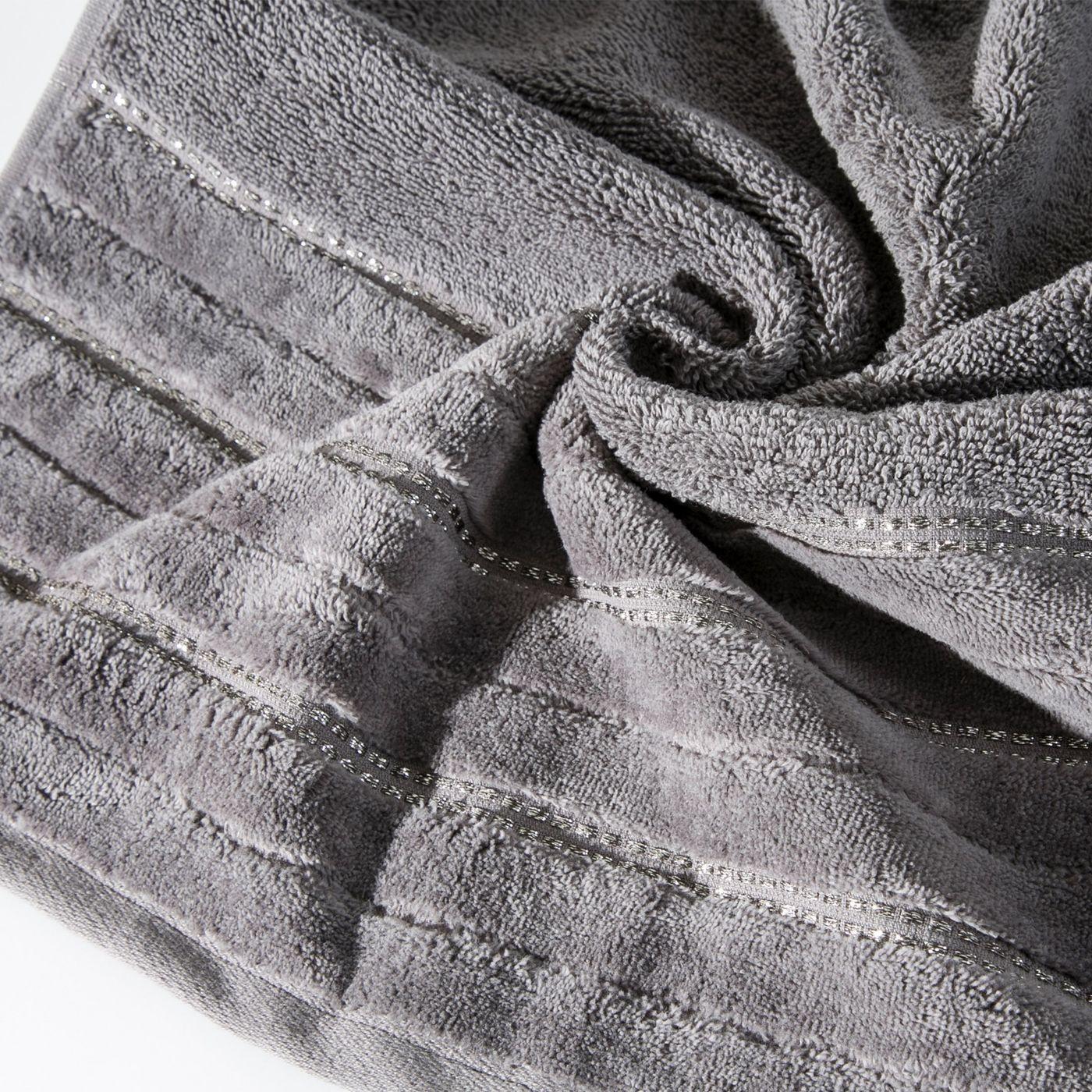 Srebrny ręcznik kąpielowy z metaliczną nicią - 50x90 cm