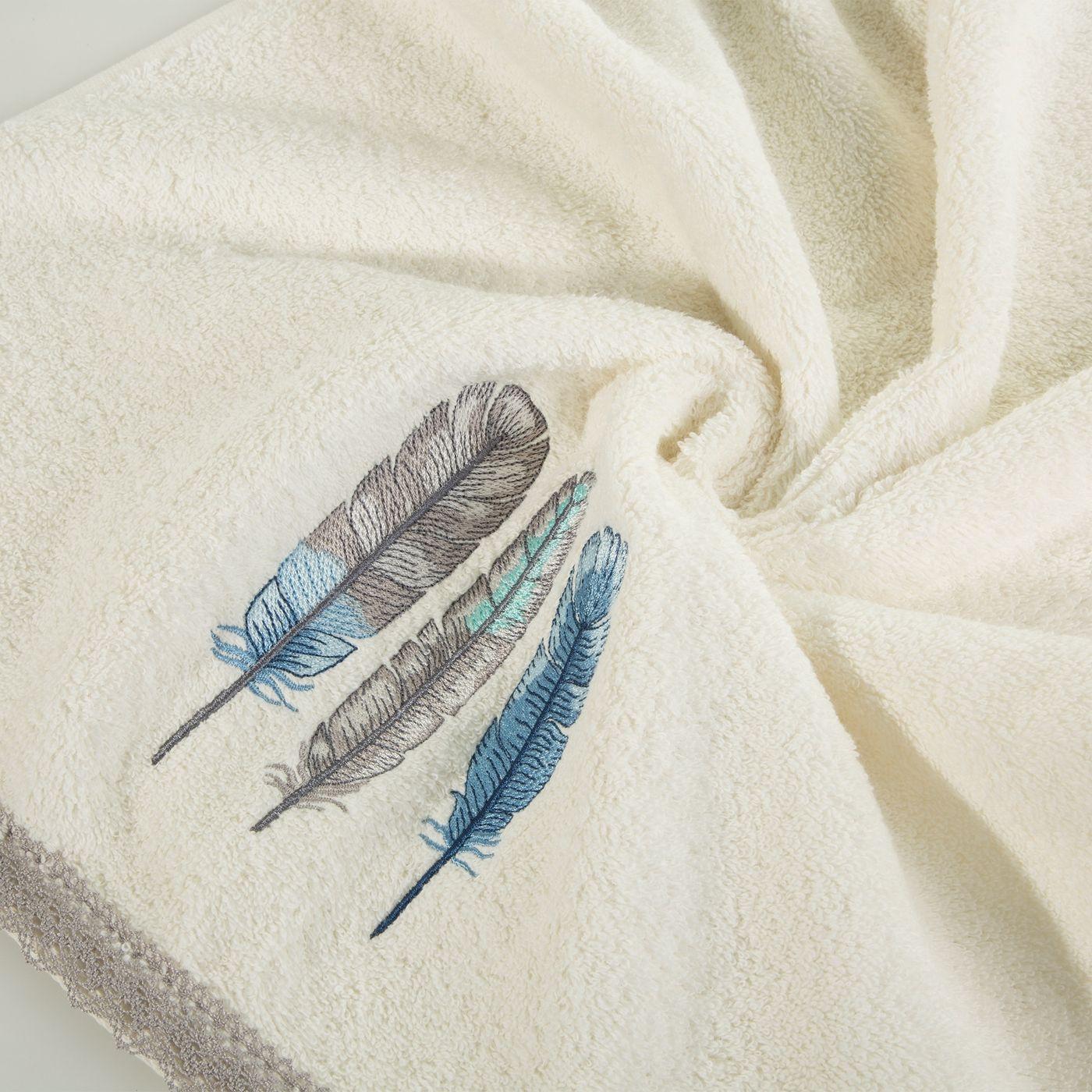 Haftowany ręcznik kąpielowy z motywem piór kremowy 70x140 cm