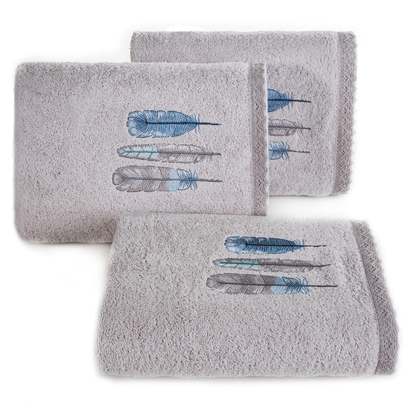 Haftowany ręcznik kąpielowy z motywem piór srebrny 50x90 cm